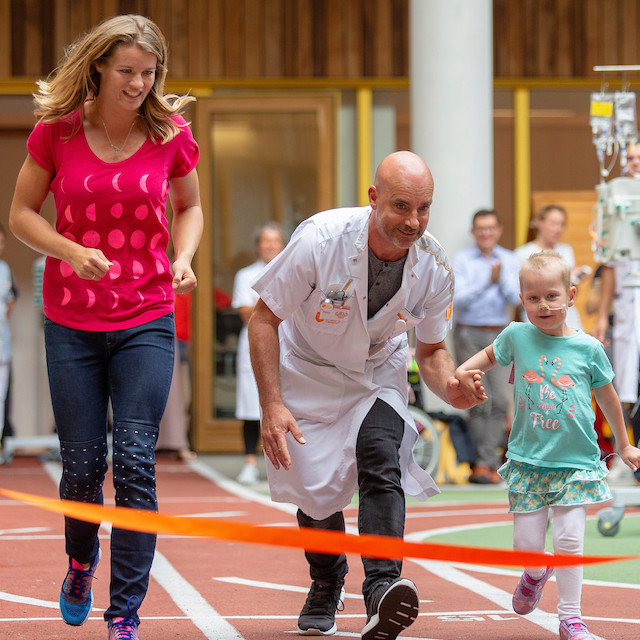 Dafne Schippers holds a running clinic for the children at the Princess Máxima Center